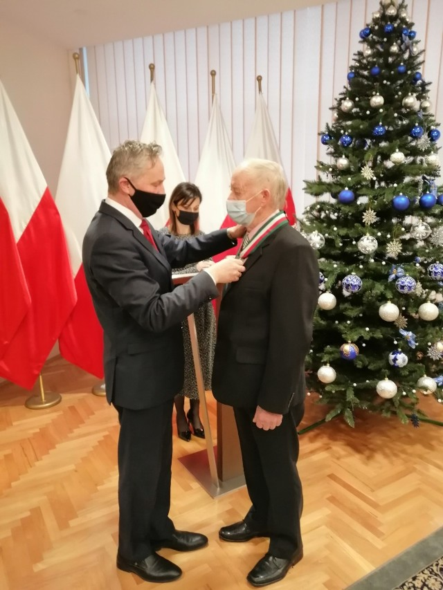 Zdzisław Purchała otrzymuje medal z rąk wojewody świętokrzyskiego Zbigniewa Koniusza.