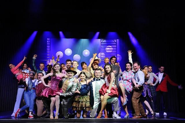 """W sobotę, 29 sierpnia o godz. 18.00 na terenie Ogrodu Szeląg, w magicznej nadwarciańskiej scenerii, powstanie scena, na której wystąpią soliści, balet oraz muzycy orkiestry. W programie znajdą się fragmenty największych, światowych musicali, w tym między innymi: """"Grease"""", """"Footloose"""" i """"Pippina"""", a także piosenka """"City od Stars"""" z nagrodzonego Oscarami filmu """"La La Land"""". Wykonają je dobrze znani poznańskiej publiczności artyści: Marcin Januszkiewicz, Dagmara Rybak, Katarzyna Tapek, Maciej Zaruski czy Joanna Rybka. Na miejsce koncertu dotrzeć można od strony Wartostrady lub od ulicy Ugory 97. Partnerem koncertu jest Ogród Szeląg.Przejdź do kolejnego zdjęcia --->"""
