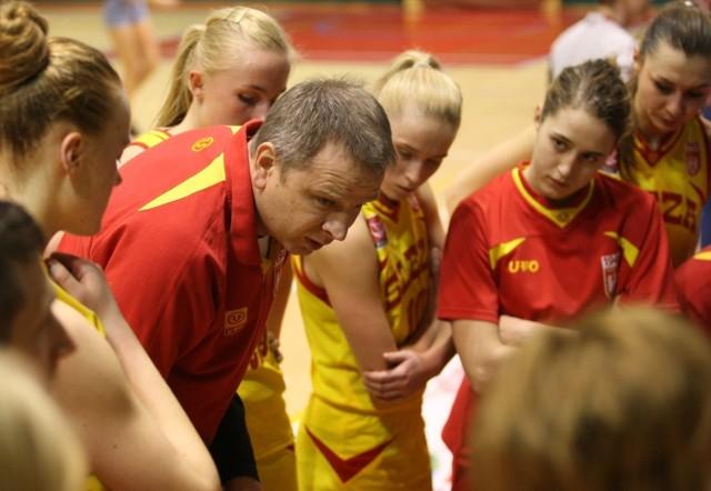 Trener Radosław Czerniak i jego zawodniczki (zdjęcie ilustracyjne)
