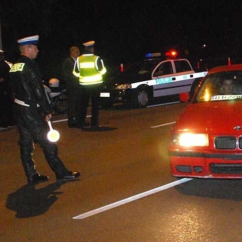 Pijany kierowca swoją szaleńczą jazdę zakończył na ścianie budynku, rozbijając auto. Potrącona kobieta była w ósmym miesiącu ciąży