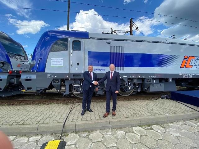 Sądecki Newag dostarczył już 20 z 30 zamówionych przez PKP Intercity lokomotyw Gryffin (na zdjęciu minister infrastruktury Maciej Adamczyk i prezes Newagu Zbigniew Konieczek)