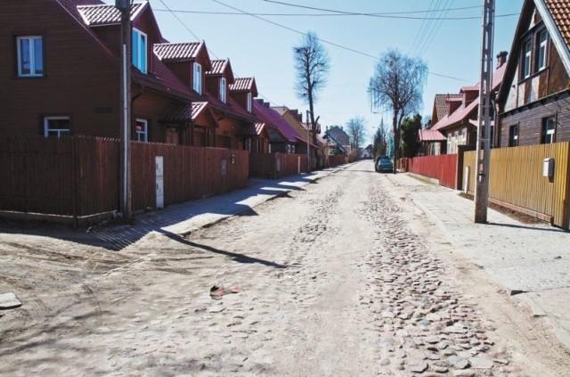 Stan ulicy jest kiepski. Kiedy kilkanaście lat temu, miasto kładło polbruk na ul. Poprzecznej, Staszica i Wiktorii, Koszykowa została pominięta. Mieszkańcy musieliby dołożyć do inwestycji z własnych kieszeni.