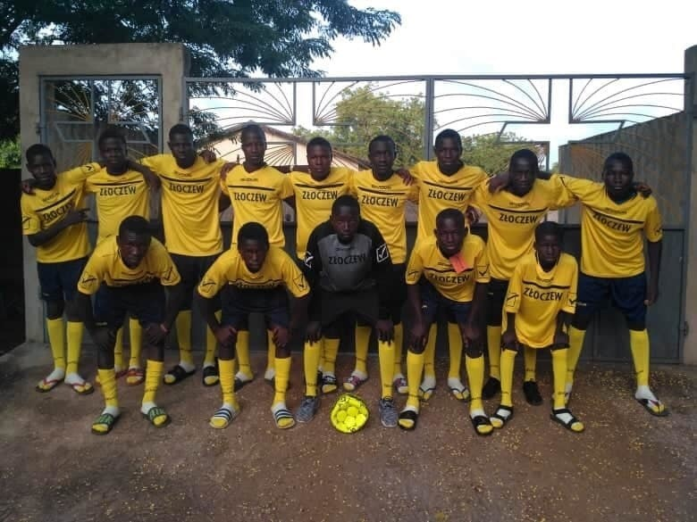 Piłkarska drużyna ministrantów z Togo gra w koszulkach ze Złoczewa - ZDJĘCIA