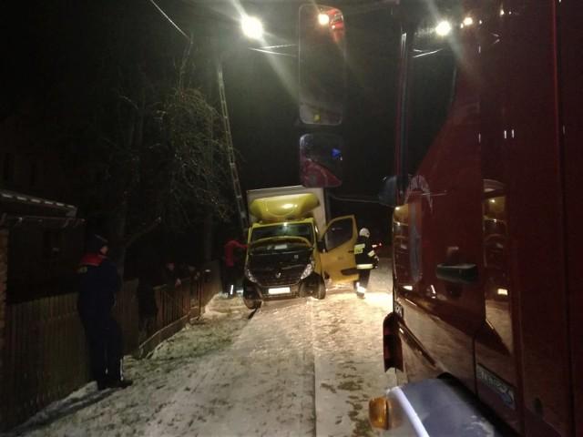W Tągowiu bus uderzył w słup energetyczny