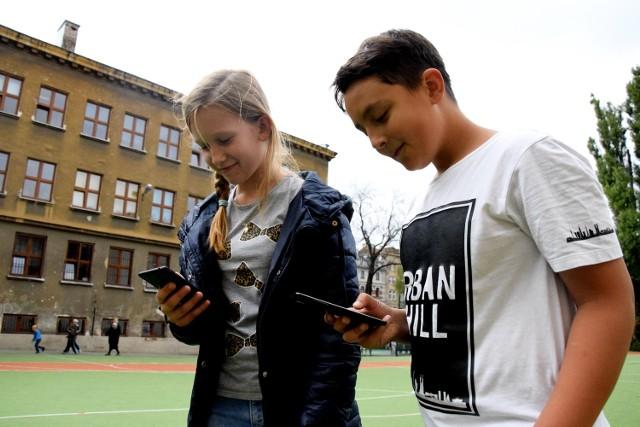 Oliwia i Robert z SP nr 24 wyciągają telefony z plecaków dopiero po lekcjach. W szkole korzystanie z nich jest ograniczone