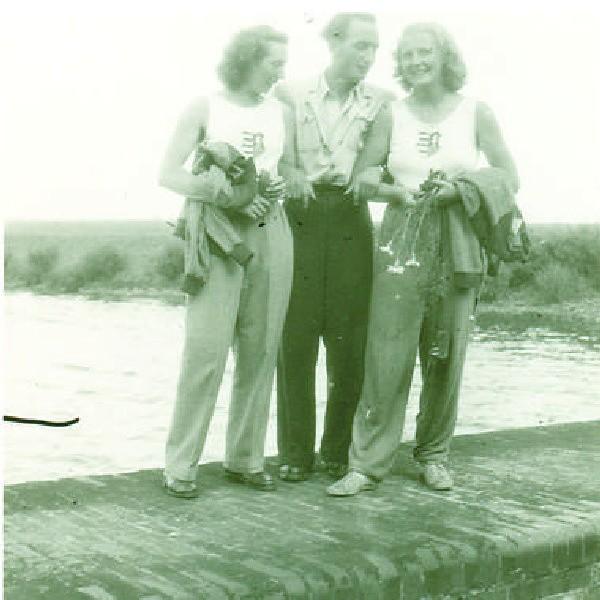 Wacław Szmelter z zawodniczkami z Węgier, które brały udział w regatach w 1949 r., rozgrywanych w Brdyujściu