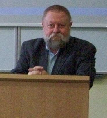 - Niestety normy językowe Polaków stają się coraz niższe - mówił J. Bralczyk. - W internecie odbywa się istny gwałt na ortografii, interpunkcji i składni.