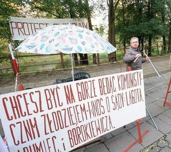 Bogdan Szczepański niejednokrotnie protestował przeciw nieodpowiedniemu postępowaniu sądu, który jego zdaniem niewłaściwie wyjaśniał kwestie związane z budową Centrum Handlowego Manhatan w Słupsku.