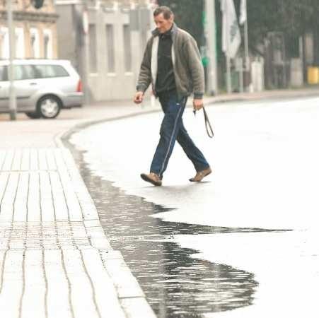 Nawet po niewielkich opadach deszczu na ul. Dąbrowskiego tworzą się kałuże - zauważa Zenon Berski, mieszkaniec ul. Dąbrowskiego. - Woda zamiast spływać, stoi na jezdni.