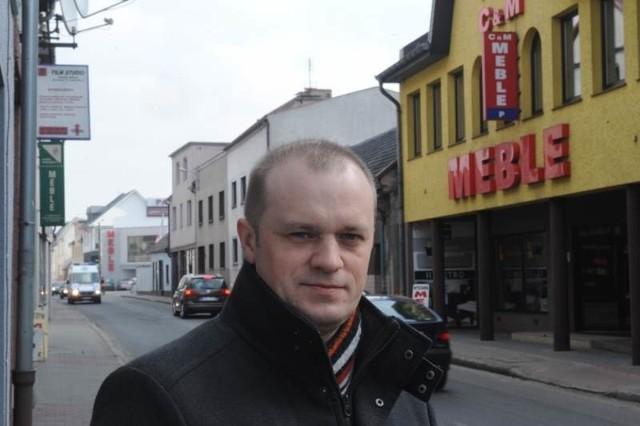 Marek Witek, wiceburmistrz Dobrodzienia (w domu też ma miejscowe meble), wylicza, że same zakłady produkujące meble zatrudniają ok. 2 tys. pracowników, drugie tyle pracuje w firmach współpracujących z meblarskimi - stolarskich, szklarskich, handlowych.