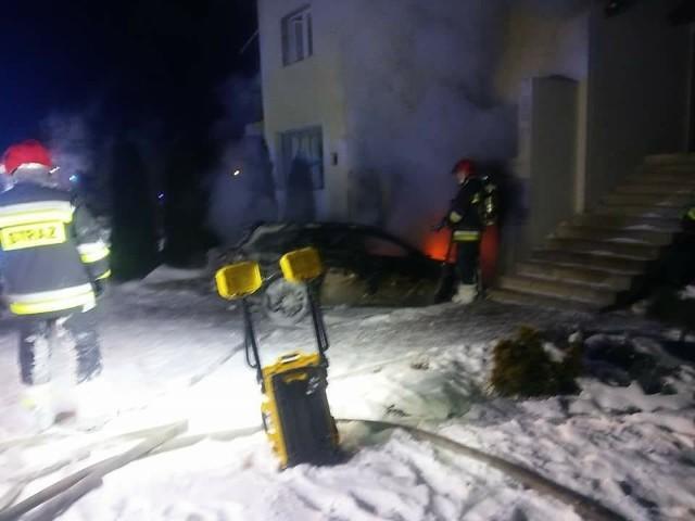 Pożar został zauważony około godz. 20.30. Na miejsce przyjechały trzy jednostki PSP i jedna OSP. Płonął opel zaparkowany w przydomowym garażu. Strażacy w trakcie akcji gaśniczej zdołali wyciągnąć go przed budynek. Samochód spłonął niemal doszczętnie. - Ogień strawił także znajdujące się w garażu rowery i drobny sprzęt – m.in. kosiarkę i kompresor. Nadpalona została brama garażowa, a plastikowe okna stopiły się – relacjonują strażacy.Przyczyny pożaru ustala policja. Nikt nie został ranny.
