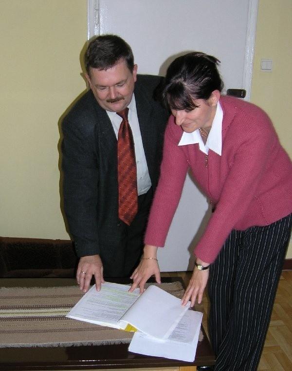 Stan powiatowej kasy to temat codziennych  rozmów Grażyny Kality, skarbnika powiatu i  sekretarza Starostwa Wiesława Drożdży.