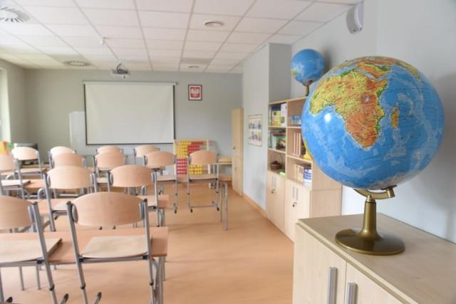 Szkoły puste, a cała edukacja w dobie epidemii koronawirusa odbywa się w domach.