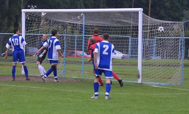 Tak padł drugi gol dla Gryfa. Piłka w bramce Sparty, a strzelcem Mariusz Kostur.