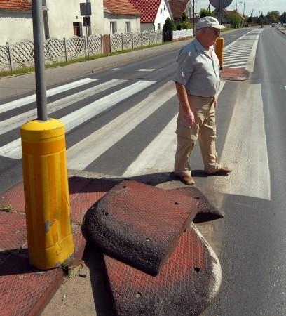 Jan Błażejewski musiał sam uprzątnąć rozbite płyty na drodze w Niedoradzu, a urzędy odbijają między sobą piłeczkę.