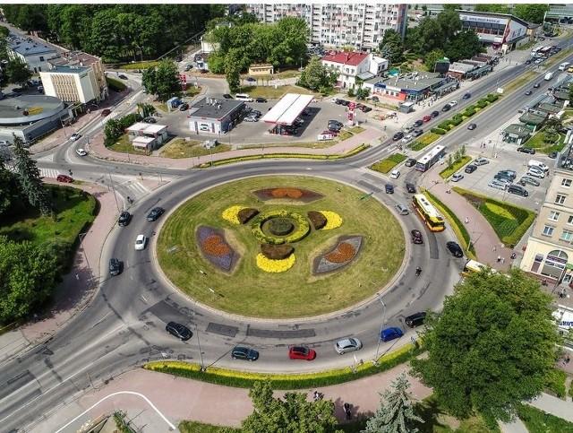 Logo firmy DS Smith Polska z kolorowych kwiatów powstało na rondzie u zbiegu ulic Paderewskiego, Ogrodowej i Żytniej w Kielcach. To pierwszy uczestnik miejskiego programu skierowanego do przedsiębiorców, dzięki któremu w Kielcach ma być więcej zielonych terenów.