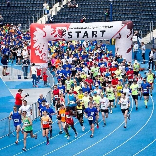 Start do biegu na 10 km na stadionie Zawiszy