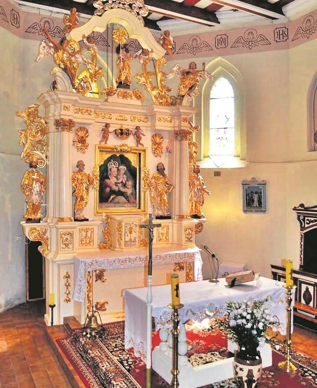 Ołtarz główny kościoła w Bobrowie już po renowacji.