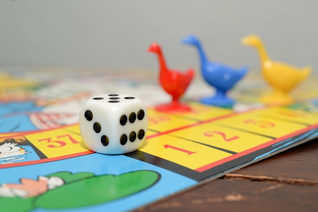 Zobaczcie nasze zestawienie najlepszych planszówek dla dzieci, które zostało przygotowane razem z opolskim sklepem graszki.pl. W podsumowaniu znajdziecie przykłady gier, które uczą cierpliwości, wspierają naukę czytania, liczenia oraz takich, które zapewnią zabawę dla całej rodziny! Jakie gry planszowe spodobają się dzieciom? Sprawdźcie 15 najlepszych propozycji.