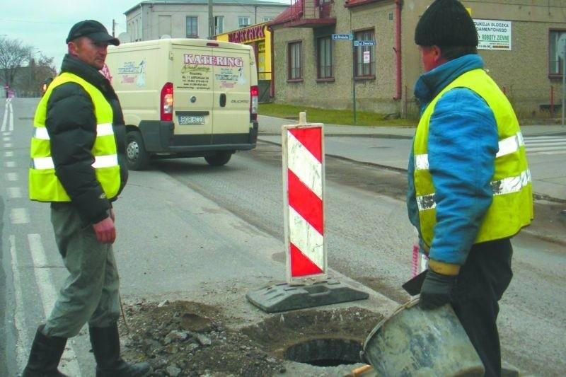 Robotnicy w ciągu dnia wykonywali tylko drobne prace remontowe. Nowy asfalt kładli późnym popołudniem i w godzinach nocnych.
