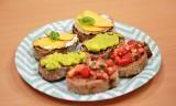 GRILLOVE. Grzanki na 3 sposoby- z pomidorami i bazylią, guacamole, z serkiem kozim i brzoskwinią.