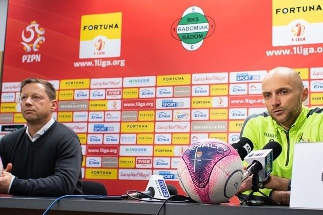 Trenerzy GKS Bełchatów, Artur Derbin (z prawej) i Radomiaka Radom Dariusz Banasik.