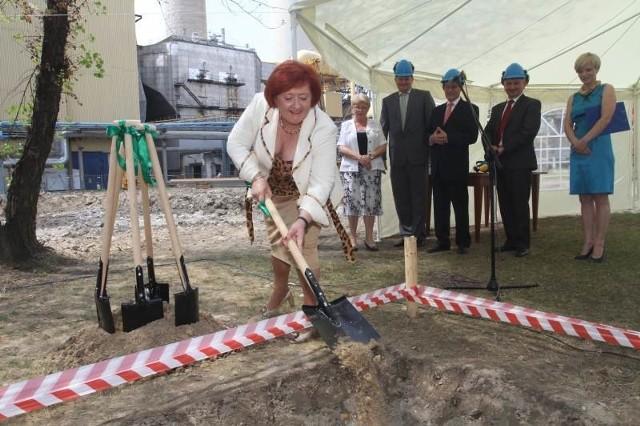 Ciężko pracuje łopatą podsekretarz stanu w Ministerstwie Gospodarki Joanna Strzelec-Łobodzińska. Do tej samej roboty przy zakopywaniu aktu erekcyjnego została zaproszona także wojewoda świętokrzyski Bożentyna Pałka–Koruba.