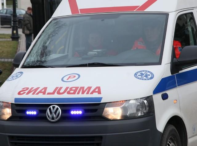 Policjanci wezwali karetkę pogotowia, która przewiozła 54-latkę do szpitala.