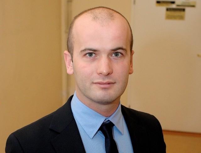 Krzysztof Kułakowski, obejmując nowe obowiązki nie pożegnał się definitywnie z lubianą przez niego pracą wuefisty w Gimnazjum nr 2 w Świeciu. Przez najbliższe cztery lata będzie przebywał na bezpłatnym urlopie