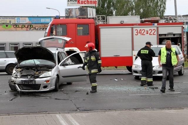 Na miejsce przyjechały trzy karetki pogotowia, dwa wozy strażackie i policja. Trzy osoby zostały zabrane do szpitala. Na szczęście nie pojechał tam chłopak jadący skuterem. Utykając chodził po miejscu zdarzenia.