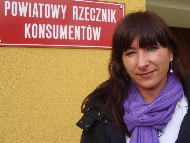 Katarzyna Kwiatkowska radzi, żeby dokładnie czytać umowy podpisywane z akwizytorami w domu. A jeśli już podpiszemy, mamy dziesięć dni na odstąpienie od nich.