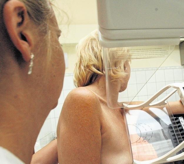 Ucisk piersi podczas mammografii trwa kilkanaście sekund i ogranicza promieniowanie - mówi dr Agnieszka Dyzmann-Sroka
