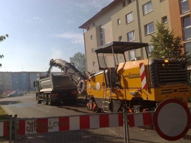 Wczoraj maszyny frezowały asfalt na skrzyżowaniu ulic Roweckiego, Wyszyńskiego i drogi osiedlowej.