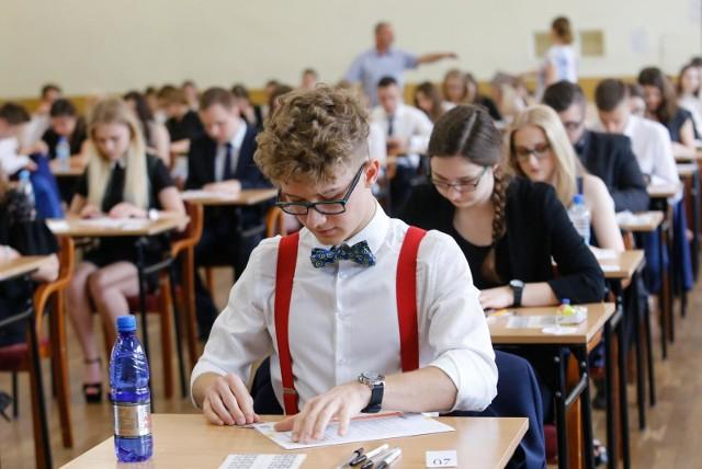 Egzamin maturalny z geografii na poziomie rozszerzonym odbędzie się w poniedziałek o godz. 14. Geografia to popularny przedmiot wśród maturzystów. W kraju wybrało go 72 919 uczniów, czyli 26,7 proc. zdających. Matura 2018. Jak przygotować się do egzaminu?