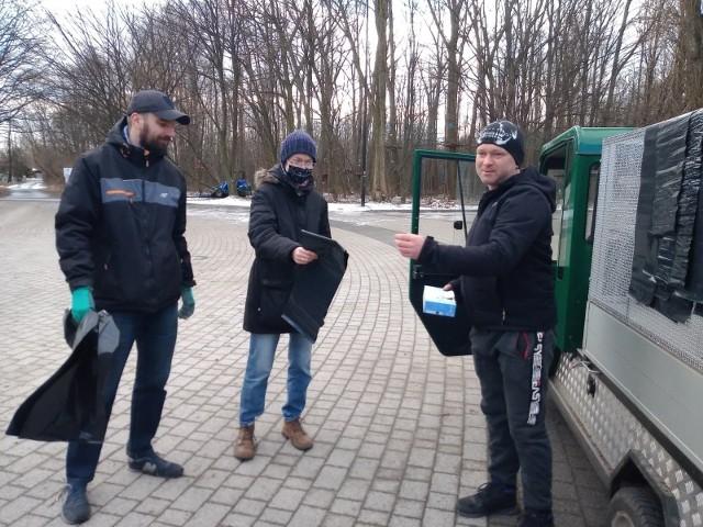Mieszkańcy Sosnowca przybyli w sobotę na Stawiki, by sprzątać w okolicznych terenach zielonych. Zobacz kolejne zdjęcia. Przesuń zdjęcia w prawo - wciśnij strzałkę lub przycisk NASTĘPNE