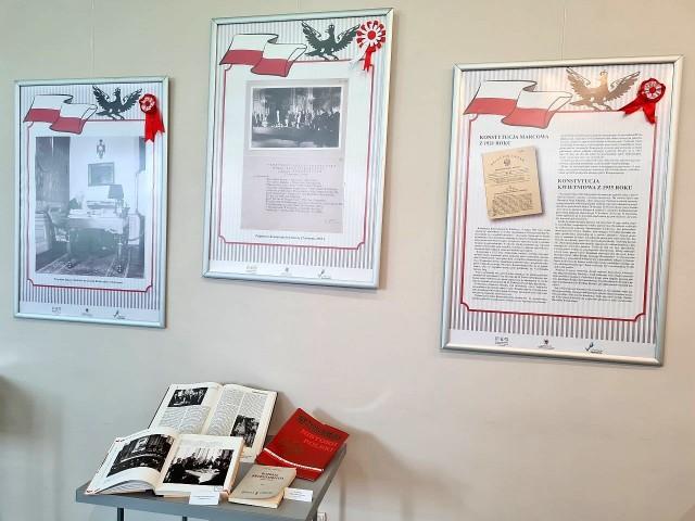 """Wystawę pt. """"Konstytucje Rzeczypospolitej Polskiej"""" możemy oglądać w inowrocławskiej bibliotece do 21 maja"""