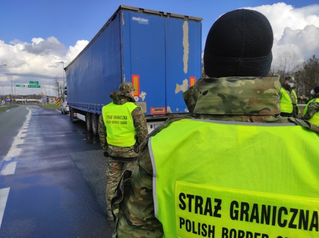 Chałupki. Afgańczycy ukryci w naczepie tira wjechali nielegalnie do Polski