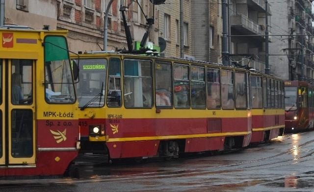 Nagromadzenie tramwajów na al. Kościuszki, ul. Żwirki i Piotrkowskiej powoduje zanik napięcia w sieci trakcyjnej.