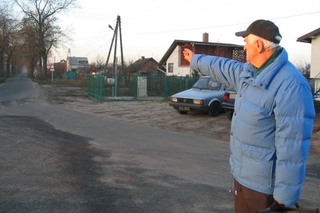 Wczoraj na ulicy Na Grobli spotkaliśmy mieszkańca, który potwierdził  sygnały innych Czytelników, że w tym miejscu kierowcy łamią przepisy.