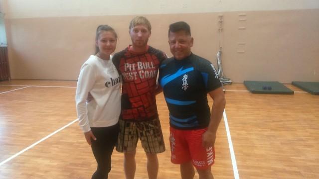 Łukasz Bienias (w środku) z żoną Martyną i pierwszym trenerem Zbigniewem Zaborskim.