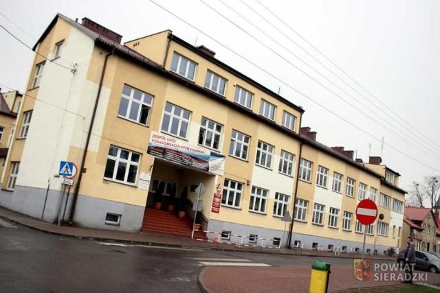 Policjanci oraz pirotechnicy na terenie Zespołu Szkół Ponadgimnazjalnych w Błaszkach. To dlatego, ze dyrekcja szkoły dostała wiadomość o podłożonym ładunku wybuchowym na terenie placówki.CZYTAJ DALEJ NA NASTĘPNYM SLAJDZIE