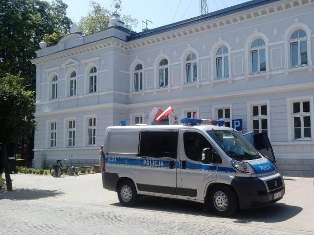 Policjanci z wąbrzeskiej komendy eskortowali rannego mężczyznę do szpitala w Grudziądzu