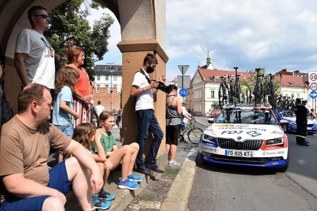 Tour de Pologne w Opolu. Mieszkańcy nie zawiedli i z zaciekawieniem śledzili przejazd kolarzy ulicami miasta.