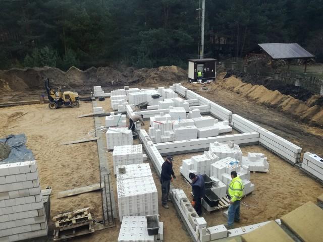 Trwają prace nad budową sali sportowej z zespołem dydaktycznym przy Zespole Szkolno-Przedszkolnym w Ogrodniczkach. Wykonywane są ściany nadziemia oraz instalacja deszczowa.