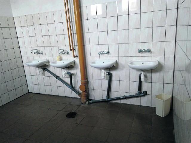 Tak wyglądają łazienki w wygaszanym budynku gimnazjum przy ul. Matejki w Łapach. Rodzic, który przesłał nam to zdjęcie jest oburzony.