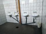 PG nr 1 w Łapach. Toaleta bez deski, pourywane krany