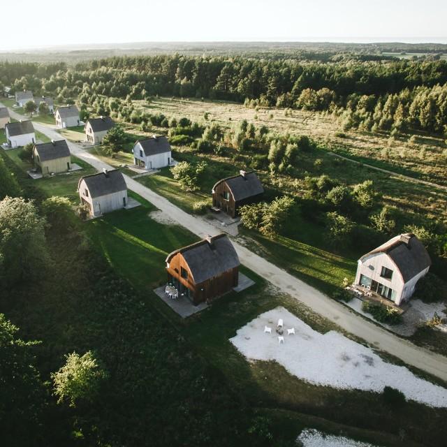 Cisowy Zakątek(Sasino, powiat wejherowski)Osada domków obok rezerwatu cisów i pięknymi,  polskimi plażami. Ale daleko od zgiełku i tłumu turystów.Więcej informacji tutaj