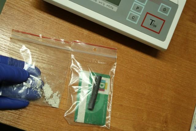 W jednym z pomieszczeń gospodarczych zajmowanym przez 19-latka policjanci znaleźli 0,20 grama białej substancji, która po zbadaniu narkotesterem okazała się być amfetaminą