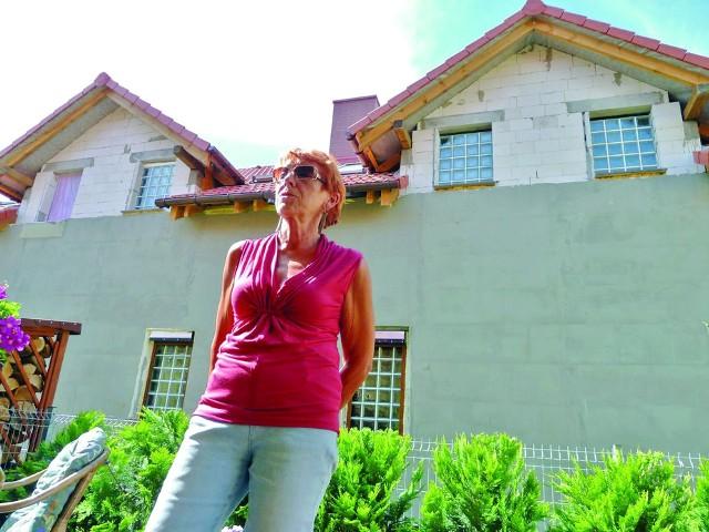Halina Jaskulska mówi o fuszerkach budowlanychHalina Jaskulska z niepokojem przygląda się ścianie wyrastającej tuż za jej tarasem: – Życie mnie nauczyło, że dom, to przede wszystkim ludzie w sąsiedztwie, a nie działka. A nam na Łubinowej żyje się bardzo dobrze. Boimy się tylko, kto wprowadzi się do domów, w których cała ściana budynku nie ma okien. Chyba nikt o zdrowych zmysłach.