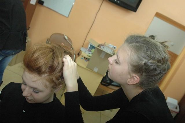 Przyszłe fryzjerki będą sprzedawały pierniki
